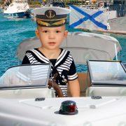 Мальчик на катере