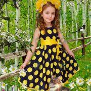 Девочка в весенней березовой роще