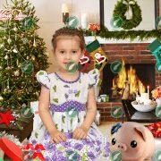 Девочка у камина в Новый Год со свинкой
